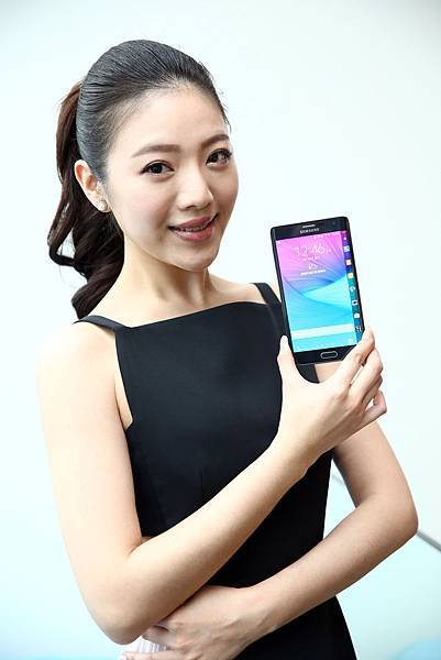 台灣三星電子也為消費者開發一系列支援Edge螢幕的創新內容應用服務,其中包含即時新聞、交通資訊、股市財經等,為使用者帶來最娛樂、最獨特的Edge生活