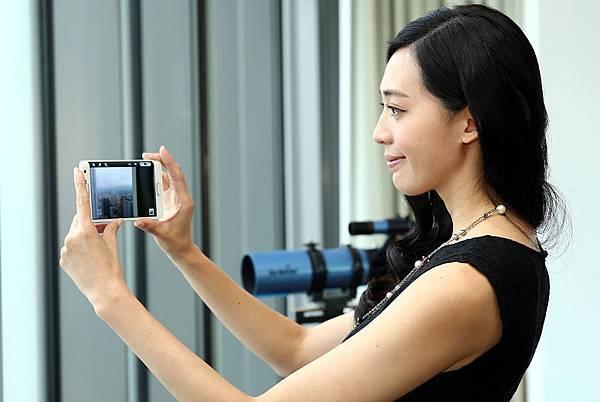 使用GALAXY Note Edge相機拍攝的同時,如有臨時來電,接聽電話的同時也不影響完整拍攝畫面,享受無中斷的全新使用經驗!