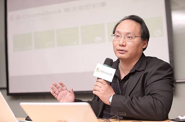台灣微軟營運暨行銷事業群資深平台策略經理 馮立偉 展示Windows 經濟實用筆電可輕鬆完成競品無法達成的任務