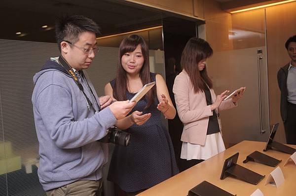 【新聞照片3】媒體朋友體驗超值娛樂小平板 享受影音遊戲 帶來生活樂趣