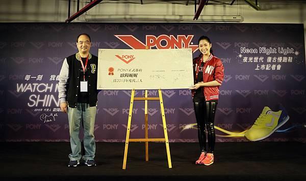 歐陽妮妮今出席美式運動品牌PONY【夜光世代復古慢跑鞋】上市記者會,與品牌營運總監林旗城共同簽署代言合約,笑說今年首個百萬代言費,僅能上繳過手,過過乾癮