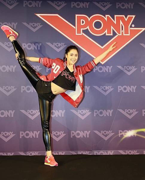 拉筋、劈腿全上演,熱愛運動的歐陽妮妮贏得美式運動品牌PONY代言,笑言有穿不完的PONY,期待大學生活每天穿著不同PONY鞋款亮相