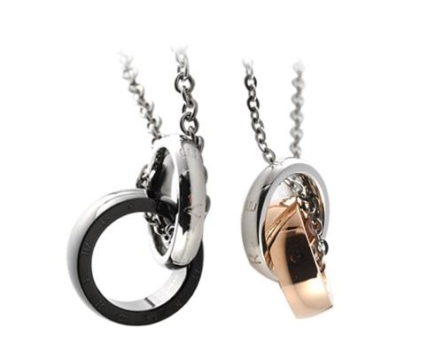 圖說一:情人節不能缺席的就是情侶成對飾品了!樂天市場店家【小安的店】推出永久相愛纏綿白鋼對鍊,兩個墜子相扣在一起的獨特設計,象徵情侶間的羈絆與相愛。