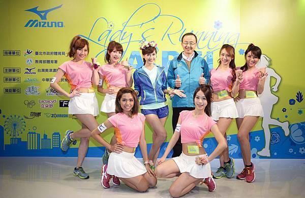 台灣美津濃總經理山地守與年度品牌大使翁滋蔓號召姐姐妹妹們加入2015Mizuno Lady