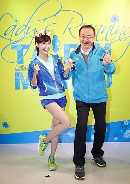 Mizuno品牌代言人翁滋蔓與台灣美津濃總經理山地守為為2015Mizuno Lady