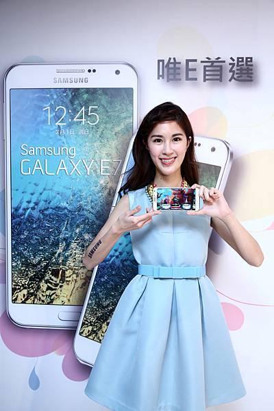 GALAXY E7預計於2月中旬起,在全台三星智慧館及各大經銷通路上市,將陸續推出 「棉花白」、「軟糖藍」,單機建議售價NT$9,990,元