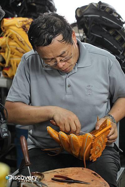 製作棒球手套,必須從國外進口頂級牛皮,皮革組件經過裁切之後,一針一線都得仰賴人工全程手工打造