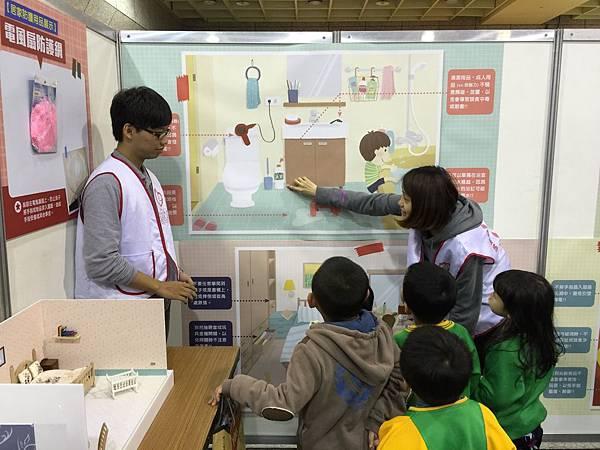 志工帶領孩子了解居家安全闖關遊戲