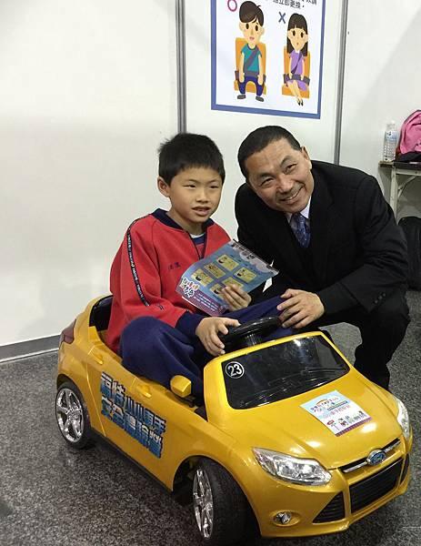 新北市副市長侯友宜也教導孩子開車要繫安全帶的重要觀念