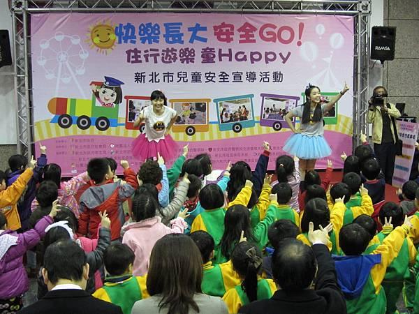 布布姐姐跟娃娃姐姐 帶動孩子律動唱跳