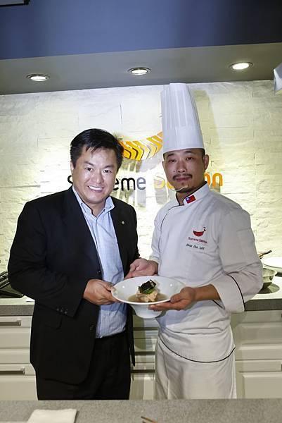 左起美威鮭魚亞洲區CEO吳欣志、年度品牌代言人李佳其