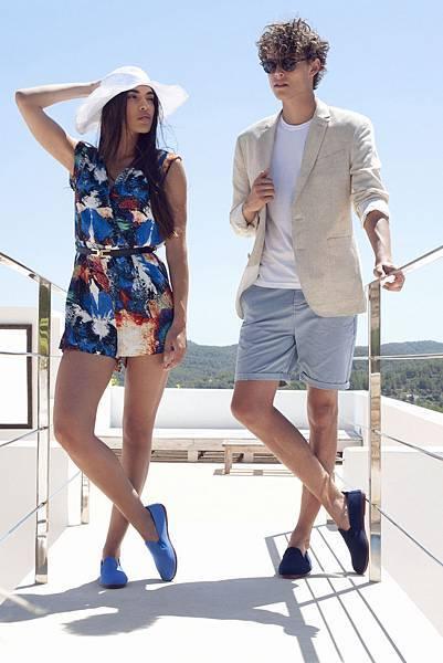 【FLOSSY 形象圖】鎖定20~34歲男女客層的Flossy。女生穿著ARNEDO  經典單色休閒鞋 藍色  售價$1,650元,男生穿著ARNEDO  經典單色休閒鞋 經典黑色  售價$1,650元