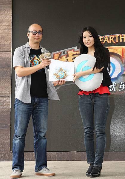 照片(左)Blizzard Entertainment台灣暨港澳地區總經理孟慶良頒獎給成功挑戰100種玩爐石的方法玩家。