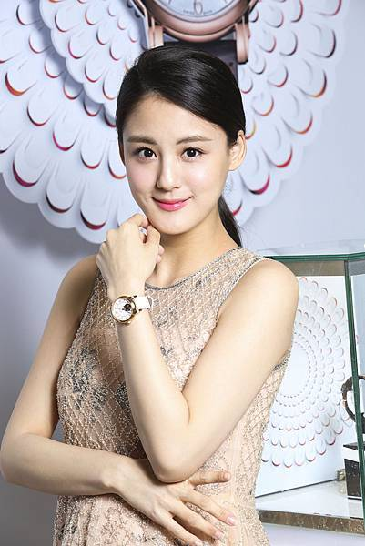圖4.時尚準媽咪宋紀妍佩戴TISSOT Lady Heart 80小時自動腕錶