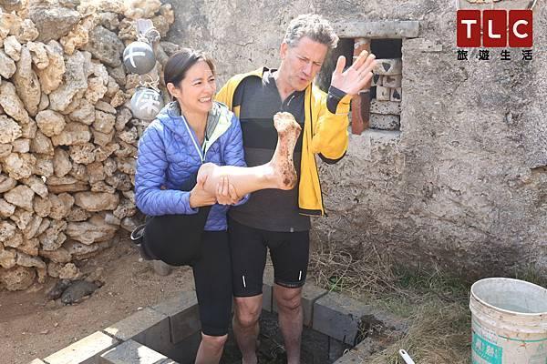 Janet跟鮑伯兩人赤腳在踩在牛糞坑哩,雙腳沾滿牛屎