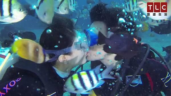 Janet與George在綠島浮潛,與魚群共游,甚至在清澈海水中深情接吻