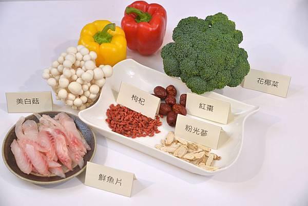 陳玫妃醫師建議鼻過敏食療料理《抗敏粉光鮮魚湯》,以補氣健脾功能的粉光蔘片、養肝腎與的枸杞子,及補血健脾的紅棗以及天然蔬菜蒸煮而成