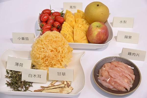 美膚食療料理《潤膚銀耳水果雞》放入能增加抵抗力的白木耳,搭配清熱止癢的薄荷,及解毒的甘草,搭配雞胸肉,以及能增強潤膚的鳳梨片、小蕃茄、水梨、蘋果的天然甜味作點綴