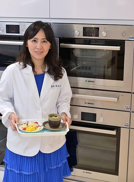 陳玫妃醫師在春夏時節交替、過敏好發季節,使用Bosch博世家電嵌入式蒸爐,分享2道獨門私房「抗敏」食療「蒸」料理