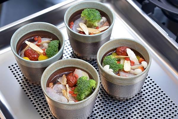 鼻過敏食療料理《抗敏粉光鮮魚湯》,只要在家中運用Bosch蒸爐,輕鬆即可上菜