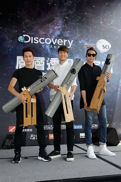 吳俊輝教授與Discovery頻道送給宇宙人樂團自製水管望遠鏡