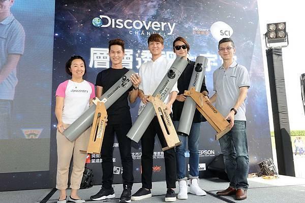 吳俊輝教授(右一)與Discovery頻道代理總經理洪韻淇(左一)送給宇宙人樂團自製水管望遠鏡