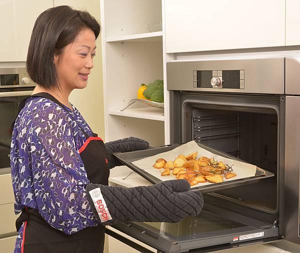 【新聞照-2】Bosch 烤箱以烘烤時的「香氣」營造出家庭的幸福感, 對於新婚小家庭更是不可或缺的生活情趣