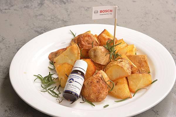【新聞照-4】Bosch 烤箱輕食晚餐不怕餓料理:《迷迭香烤馬鈴薯》將烤箱預熱至200度, 放入調味的馬鈴薯及馬鞭草酮迷迭香純精油, 簡易步驟完成多重風味享受
