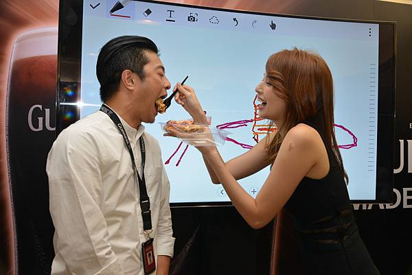 袁艾菲與員工進行三星Note系列手機遊戲,獲勝者享有女神餵食福利!