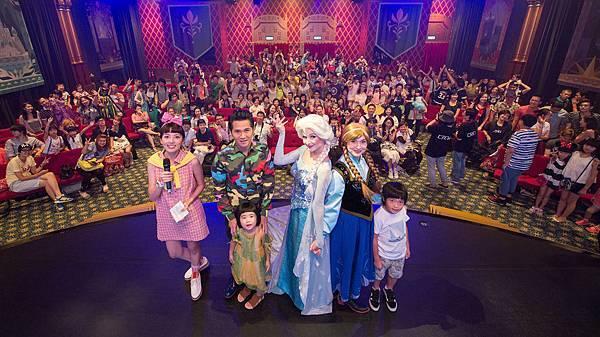 曹格與台灣獲獎家庭們和Elsa Anna大合照