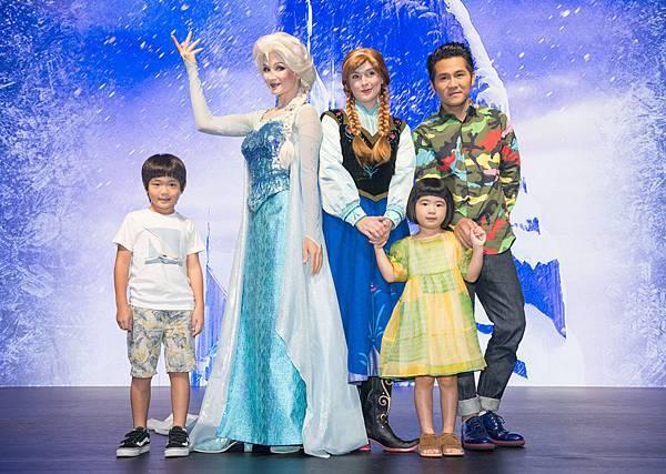 曹格一家與Elsa Anna合影