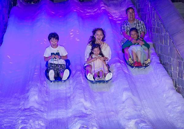 獲獎家庭一起坐上雪橇體驗滑雪橇的樂趣