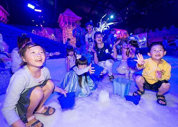 獲獎家庭於冰雪小鎮 享受推雪人樂趣