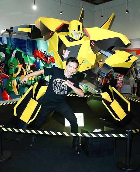 Lollipop@F 阿緯現場與變形金剛最新卡通RID造型-大黃蜂合影