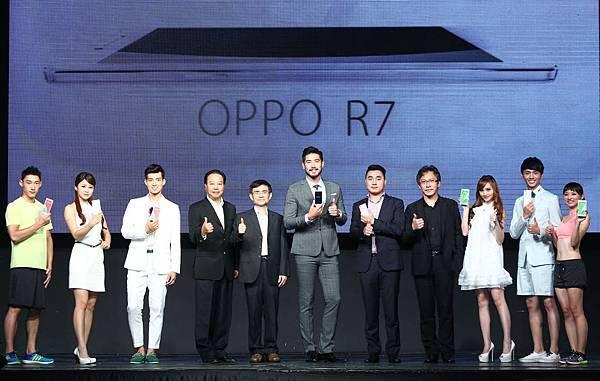 台灣為OPPO experience的全球第三站!OPPO Taiwan總經理何濤安攜手形象大使高以翔與貴賓貴共同合影。