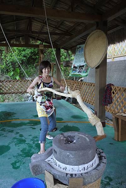 翰品酒店花蓮帶領旅客至部落進行原味十足部落體驗,不僅可自製麻糬,更可體驗磨米的樂趣1