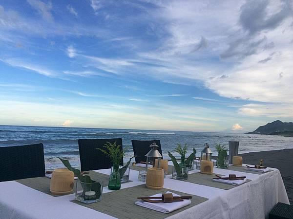 翰品酒店花蓮推出館外行程,並於海濱處安排五星主廚行動晚宴