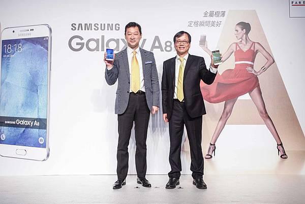 台灣三星電子總經理李載燁(左)與遠傳電信營銷長鄭智衡(右)