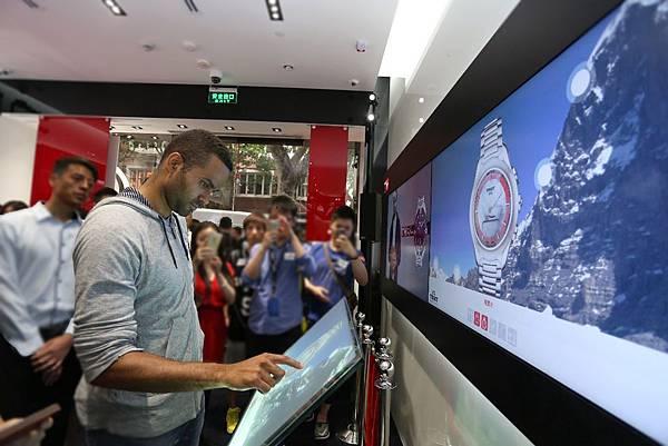 圖7. 天梭表全球品牌形象大使Tony Parker參觀天梭表人民坊直營店時,於店中體驗LED互動螢幕。
