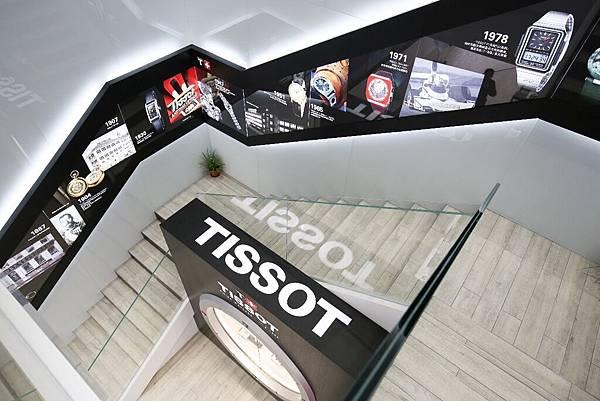 圖8. 天梭表人民坊直營店店內一樓至二樓樓梯,承載著品牌發展史的歷史長廊。