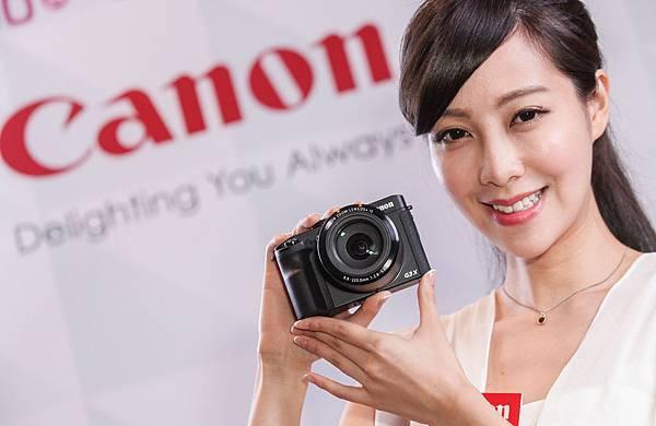 圖說二,Canon攤位展示多款產品及新上市的旗艦級長焦類單眼相機PowerShot G3 X,並有小甜心細心解說,歡迎至現場體驗後購買