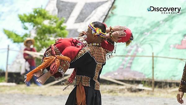 祭典上達魯瑪克部落青年小包也趁鞦韆儀式時大膽示愛接下拉法鄔索lavaoso,帥氣抱得美人歸。