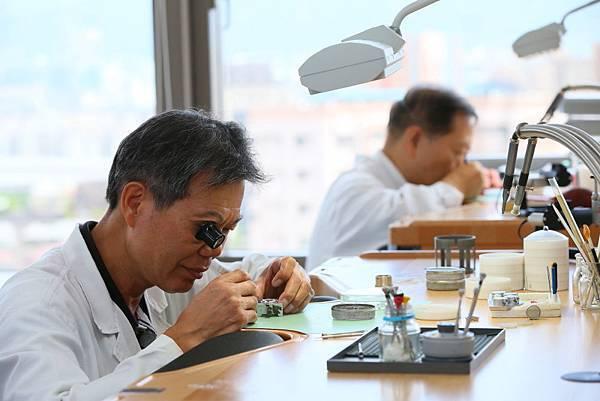 15.機芯維修工作區(workshop main room),正在工作中的專業維修技師