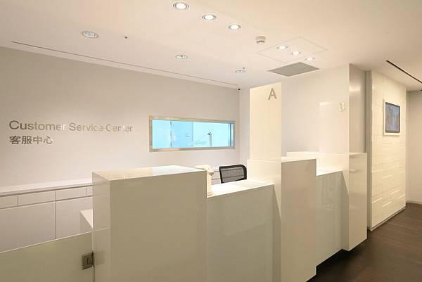 7.顧客接待區(reception) 接待櫃台與後方半開放式透明玻璃檢驗區