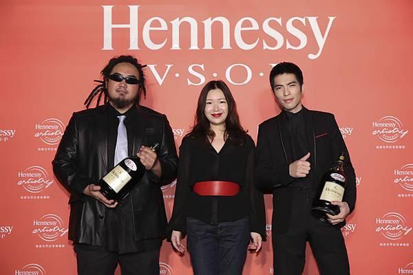 2015軒尼詩炫音之樂記者會,軒尼詩VSOP三公升贈酒合影,左起MATZKA、軒尼詩行銷總經理蘇慶怡小姐、蕭敬騰