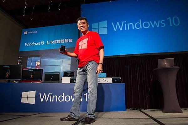 【新聞圖片一】台灣微軟總經理邵光華於Windows 10 上市媒體體驗會親自示範以UWA操控多台裝置