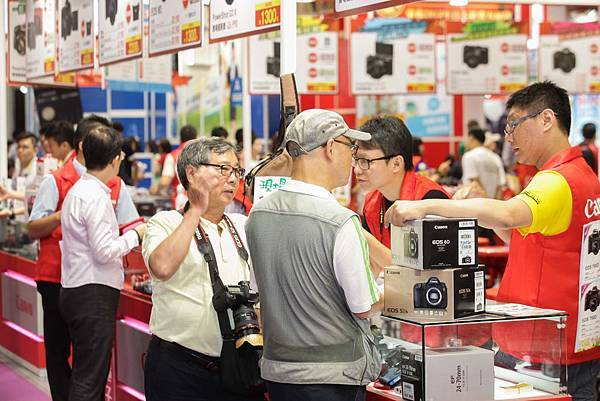 圖說六,台北電腦應用展熱鬧開展,Canon單眼相機降很大,開展首日即吸引許多消費者購買