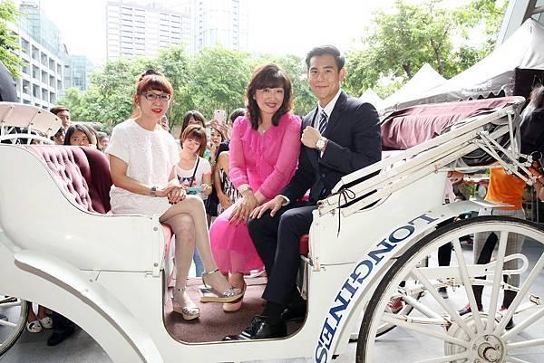 3. 遠東百貨總經理徐雪芳、彭于晏、浪琴表台灣區副總經理張正勳一同乘坐馬車