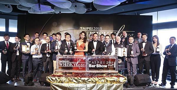 開幕注酒儀式 黃培峻、白歆惠與12位享譽國際的調酒師及各大酒商代表