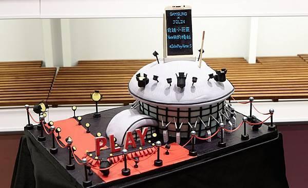 「小巨蛋X Galaxy Note 5」造型蛋糕,恭喜Jolin將攜手三星於11月6日加場舉辦「SAMSUNG蔡依林2015世界巡迴演唱會」